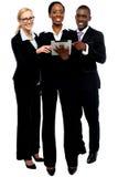 Equipe esclarecido do negócio da tecnologia que usa o PC da tabuleta Fotografia de Stock