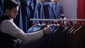 Equipe a escolha do terno de negócio na loja de roupa dos homens filme