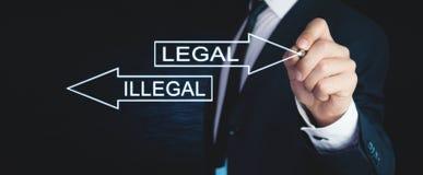 Equipe a escrita de palavras ilegais e legais com as setas na tela Fotos de Stock