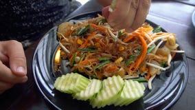 Equipe a espremedura do cal no movimento lento do prato asiático do macarronete vídeos de arquivo