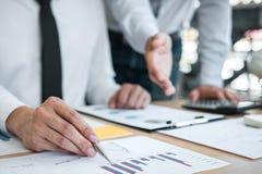 Equipe executiva do negócio que conceitua na reunião ao funcionamento de projeto de investimento e à estratégia planejando da fat foto de stock royalty free
