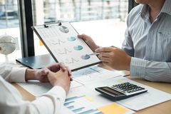 Equipe executiva do negócio que conceitua na reunião ao funcionamento de projeto de investimento e à estratégia planejando da fat fotografia de stock royalty free