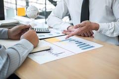 Equipe executiva do negócio que conceitua na reunião ao funcionamento de projeto de investimento e à estratégia planejando da fat imagens de stock