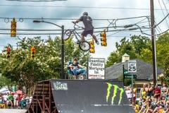 Equipe extrema de Bmx que faz o conluio em york do centro South Carolina em Fotos de Stock