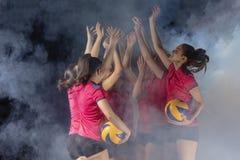 Equipe fêmea nova do voleibol que comemora a vitória no jogo foto de stock royalty free