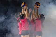 Equipe fêmea nova do voleibol que comemora a vitória no jogo fotos de stock