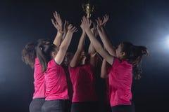Equipe fêmea nova do voleibol que comemora a vitória no jogo fotos de stock royalty free