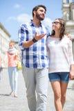 Equipe a fala à mulher ao andar na rua fotografia de stock