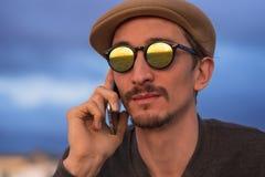 Equipe a fala no telefone na praia Foto de Stock Royalty Free