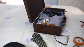 Equipe a fatura da mala de viagem rapidamente em um hotel vídeos de arquivo