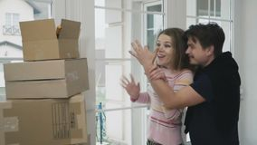 Equipe faz uma surpresa e mostra chaves de uma casa nova a sua esposa, slowmotion vídeos de arquivo