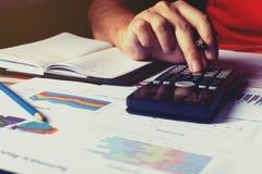 Equipe fazer a finança e calcule o relatório sumário na tabela fotografia de stock royalty free