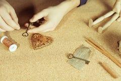 Equipe fazer o presente feito a mão para sua esposa ou amiga amado Fotografia de Stock