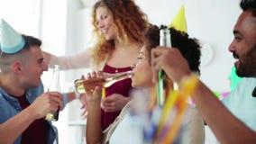 Equipe feliz com bebidas que comemora no partido de escritório filme