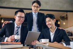 a equipe feliz do homem de negócios relaxa na cafetaria Imagem de Stock Royalty Free