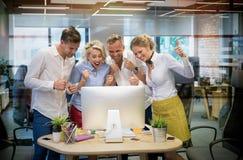 A equipe feliz do negócio comemora o sucesso no trabalho imagem de stock