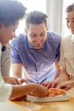 Equipe feliz do negócio que come a pizza no escritório Fotografia de Stock Royalty Free