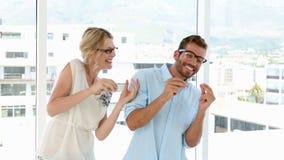 Equipe feliz do negócio que comemora com dança vídeos de arquivo