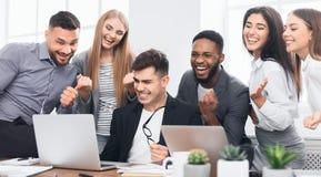 Equipe feliz do negócio que comemora a conclusão do projeto imagem de stock