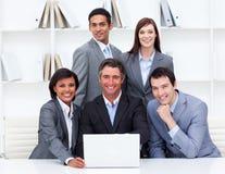 Equipe feliz do negócio que trabalha em um computador Imagens de Stock Royalty Free