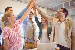 Equipe feliz do negócio que faz verificações das mãos Imagens de Stock Royalty Free