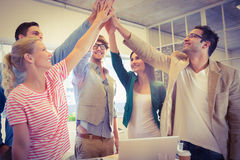 Equipe feliz do negócio que faz verificações das mãos Fotografia de Stock
