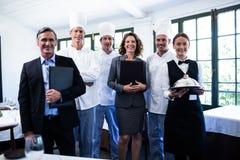 Equipe feliz do restaurante que está junto no restaurante imagens de stock royalty free