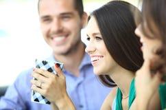 Equipe feliz do trabalho durante o tempo da ruptura fotografia de stock royalty free