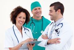 Equipe feliz dos doutores que trabalham junto Fotografia de Stock Royalty Free