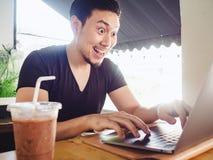 Equipe feliz e excite-o com seu sucesso no portátil imagem de stock