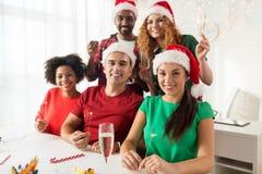 Equipe feliz que comemora o Natal no partido de escritório Imagem de Stock