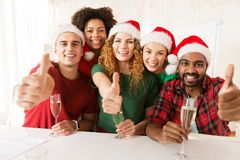 Equipe feliz que comemora o Natal no partido de escritório Fotos de Stock