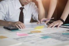 Equipe financeira do negócio da tensão no escritório para negócios imagem de stock