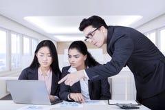 A equipe financeira do negócio faz planos do trabalho Imagem de Stock