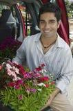 Equipe flores do carregamento na parte traseira de Van Fotos de Stock Royalty Free