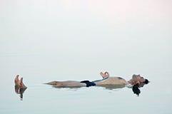 Equipe a flutuação em uma água glassy do mar inoperante Fotografia de Stock Royalty Free
