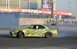 A equipe Garage-13 do carro de esportes deriva com fumo no Virage no imagens de stock