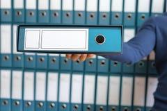 Equipe guardando, arquivos incorporados na pasta do original Fotografia de Stock Royalty Free