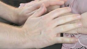 Equipe guardar as mãos enrugadas velhas da mulher idosa video estoque