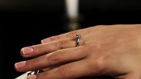 Equipe guardar a mulher das mãos com anel de noivado com o diamante no dedo proposta video estoque