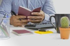 Equipe guardar o passaporte em sua mão e o plano de viagem para relaxa Foto de Stock Royalty Free