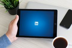 Equipe guardar o serviço de rede social cinzento LinkedIn do pro espaço do iPad foto de stock