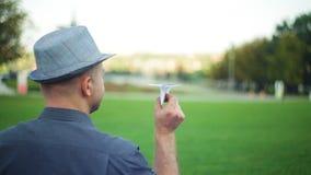 Equipe guardar os aviões de papel na mão esticada antes de lançá-la video estoque