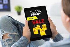Equipe guardar a tabuleta com preto sexta-feira da venda na sala da tela Imagem de Stock