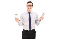 Equipe guardar um rolo vazio e completo do papel higiênico Fotografia de Stock Royalty Free