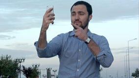 Equipe guardar um telefone celular que toma imagens dsi mesmo imagem de stock