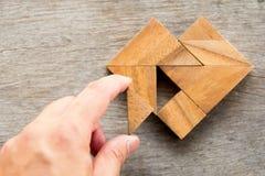 Equipe guardou a parte de enigma do tangram para cumprir a forma do coração Foto de Stock Royalty Free