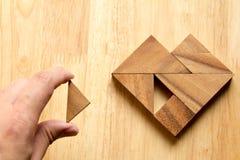 Equipe guardou a parte de enigma do tangram para cumprir a forma do coração em w Fotos de Stock Royalty Free