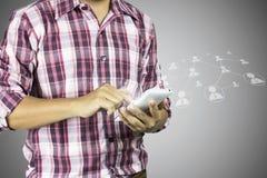 Equipe a imprensa no smartphone com linha logotipo da conexão imagem de stock
