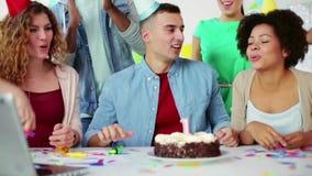 Equipe incorporada que comemora um aniversário do ano video estoque